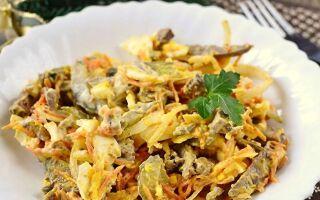 Рецепт салату з печінкою та омлетом