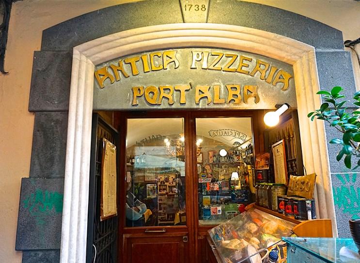 Ця піцерія була заснована у 1738 році як прилавок на вулиці, на якому продавали їжу